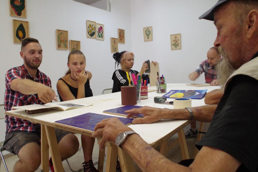 Franc Denovnik Branko in mladi ustvarjalci pri prikazu risanja z žganjem v les