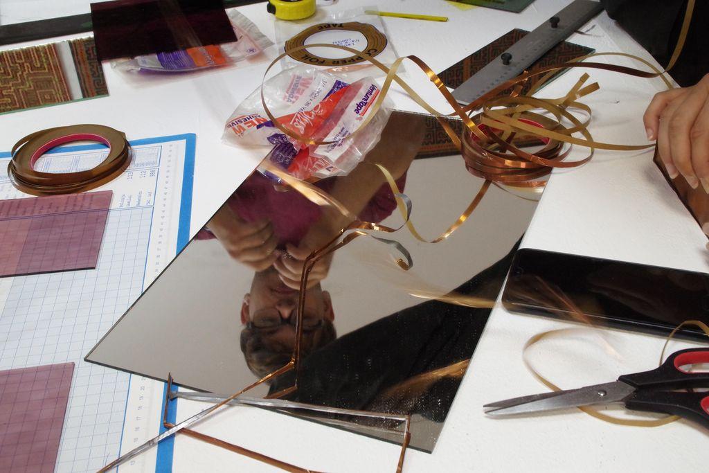 Po pripovedi vezenih niti še izdelovanje vitraja
