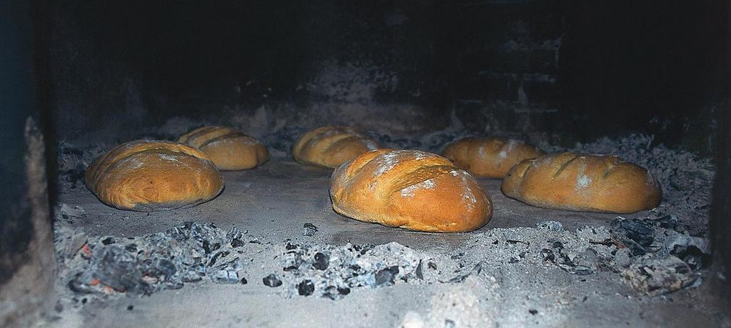 Iz kmečke peči po kruhu diši