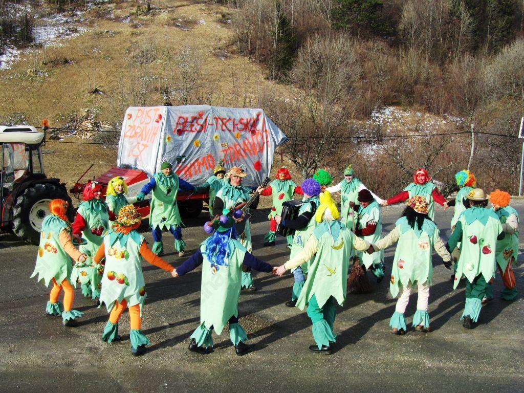 Pustno razposajena Folklorna skupina v sadno-zelenjavnih preoblekah. Foto: Mateja Rijavec