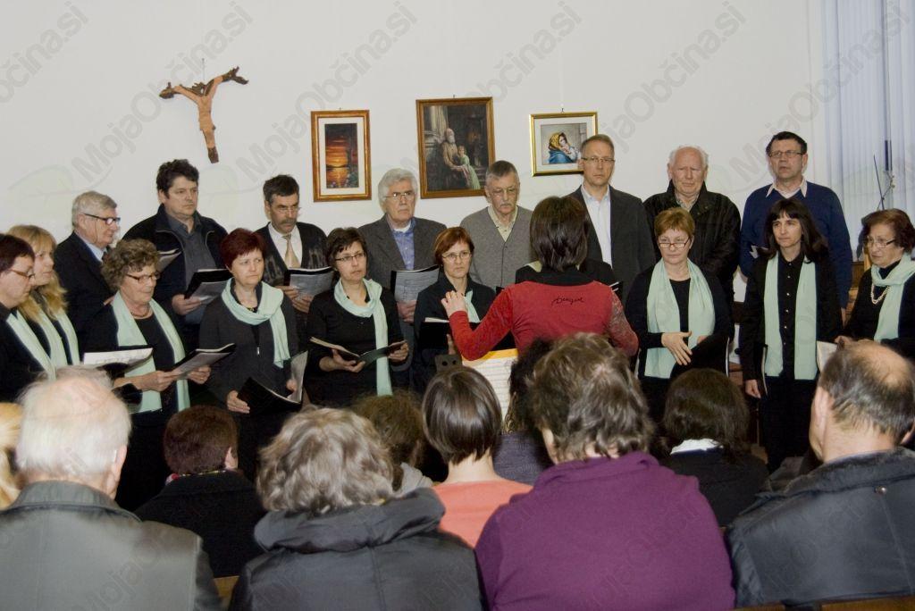 Zapel je župnijski pevski zbor, tokrat pod vodstvom Damjane Čevdek. (foto Barbara Magajna)