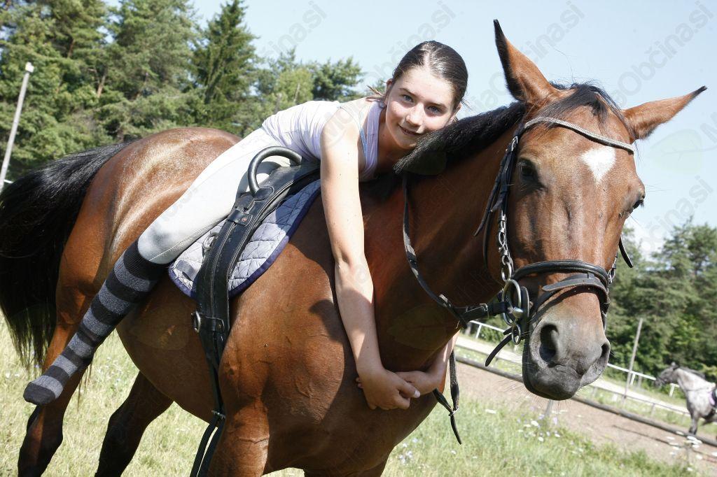 Živahno poletno dogajanje na Hipodromu v Lescah- ne le konjih, tudi v   družbi ponija, zajcev, psov in mačk.