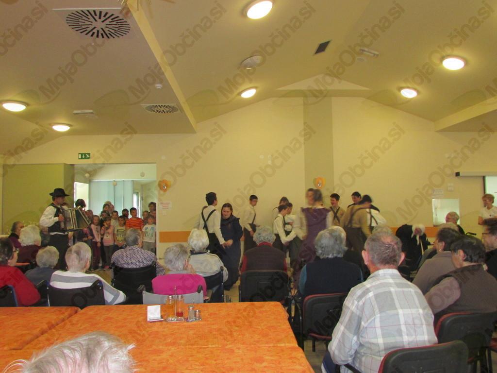 Prisotni so z veseljem prisluhnili in si ogledali prisrčen kulturni program z veliko petja in plesa, ki so ga pripravili učenci Osnovne šole Franceta Bevka Tolmin. Foto: OZRK Tolmin