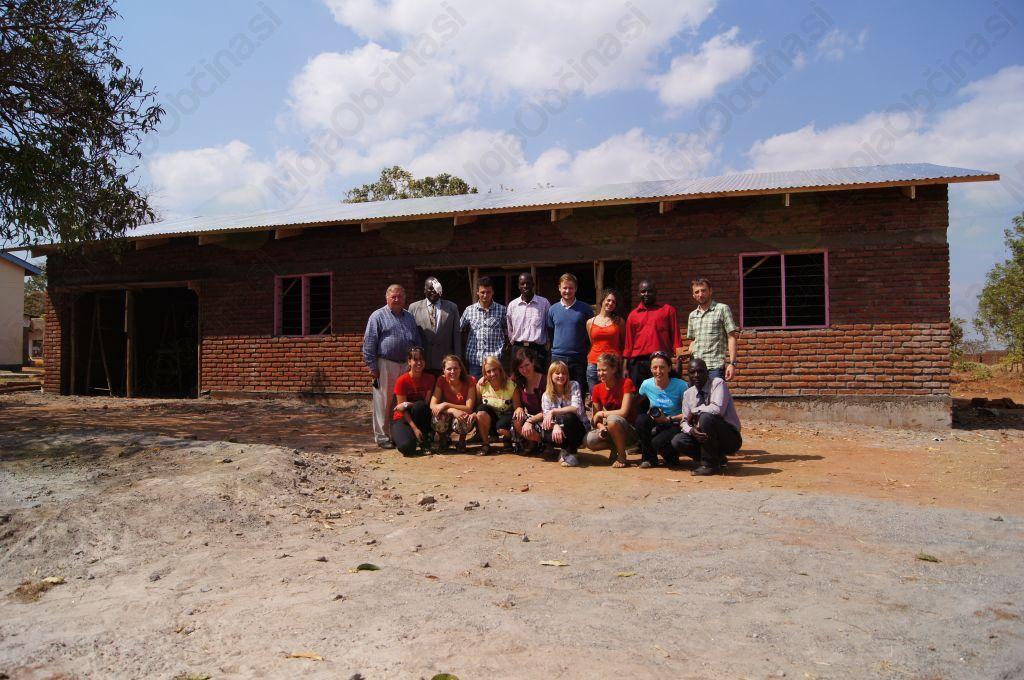 Pred novozgrajeno učiteljevo hišo
