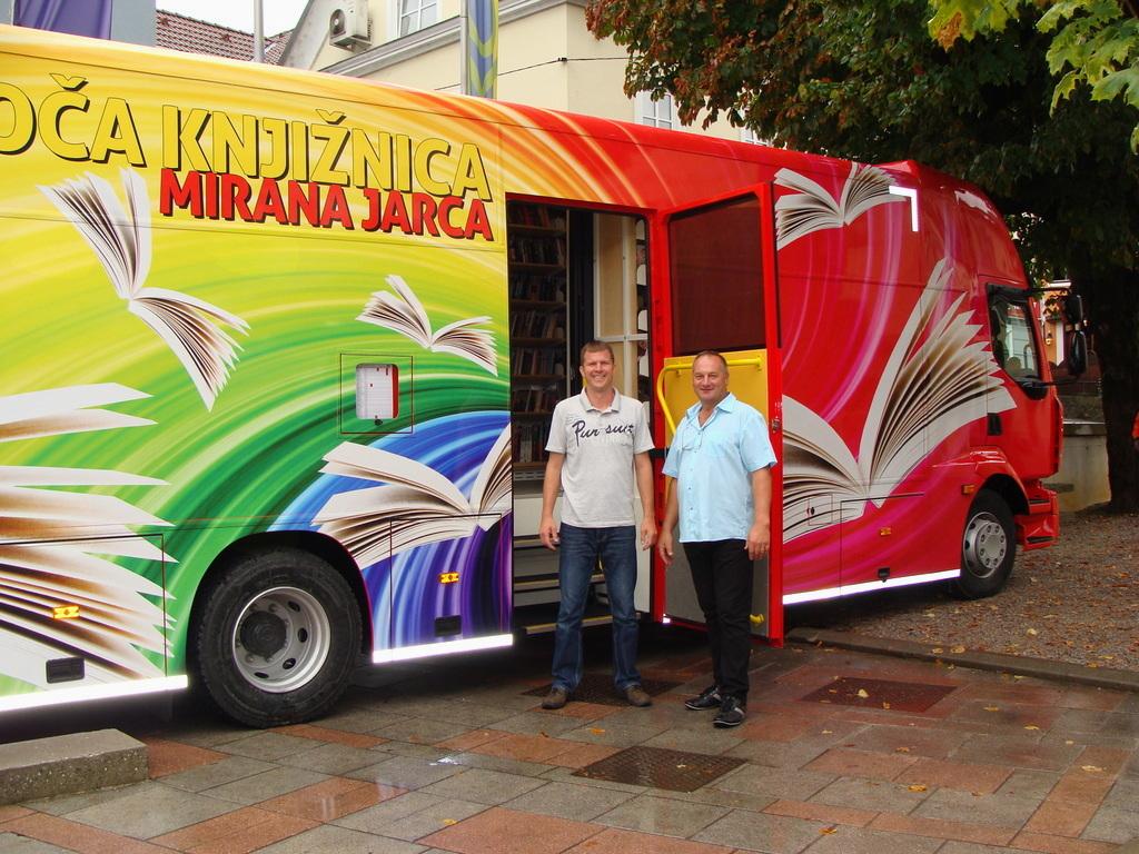 Vodja potujoče knjižnice Luka in šofer bibliobusa Vinko.
