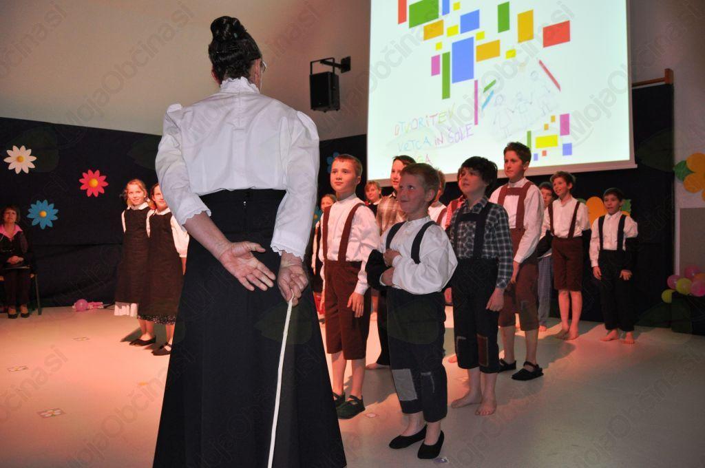 Folklorna skupina OŠ Bovec je pod vodstvom mentorice Nade Šušteršič z besedo, pesmijo in plesom prikazala usodo slovenskega šolstva na Primorskem v začetku 20. stoletja.