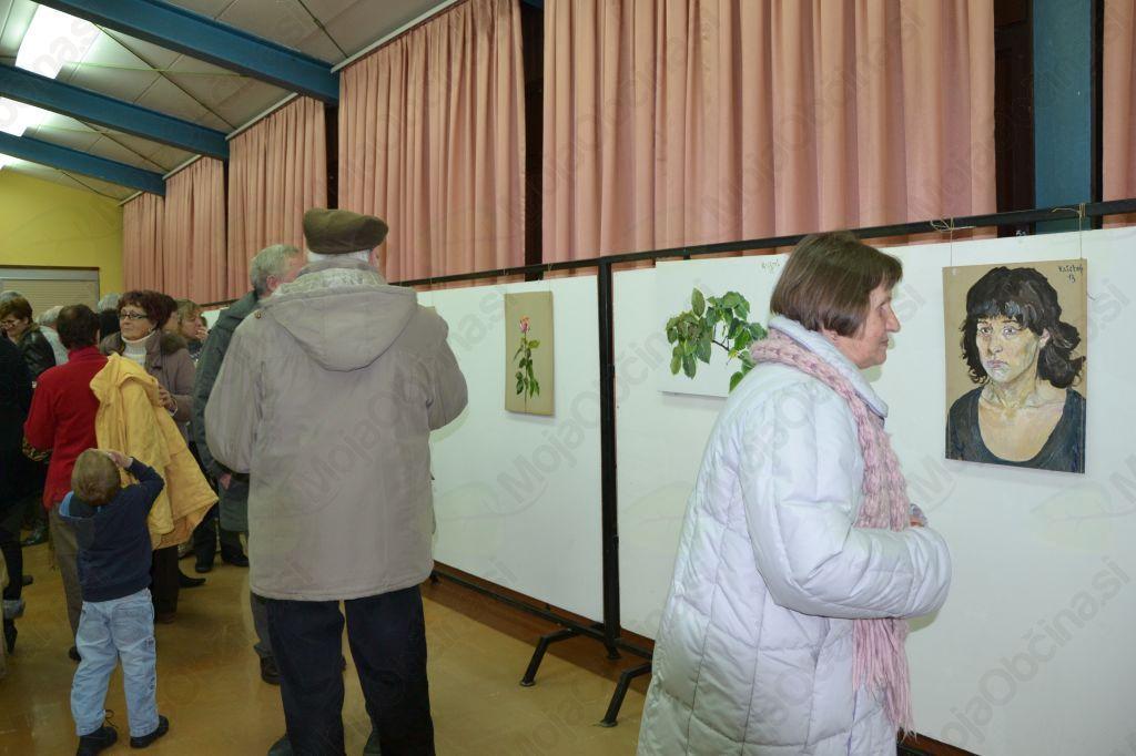 Obiskovalci so si po koncu programa ogledali razstavljene slike.