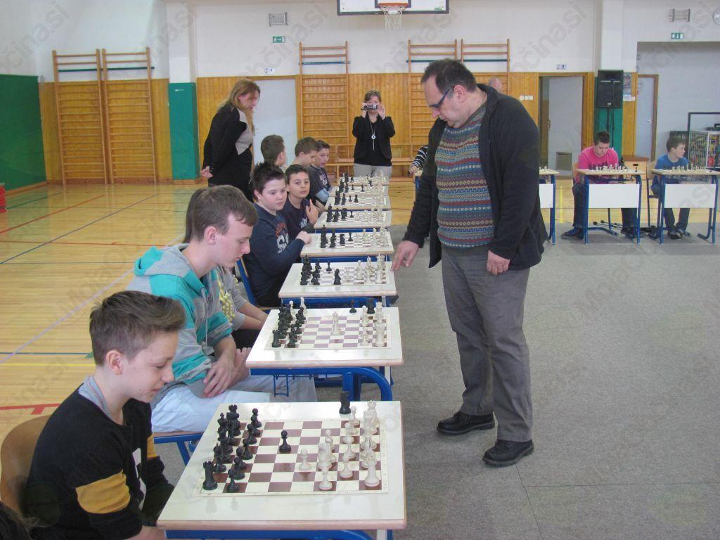 Učenci med šahovsko partijo z velemojstrom