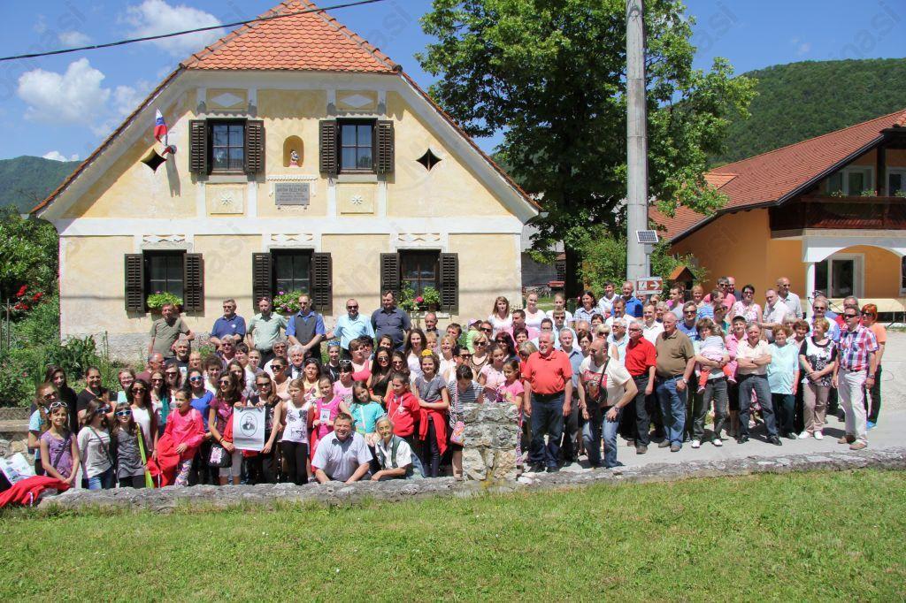 * Spominski posnetek pred Bezenškovo rojstno hišo v Bezenškovem Bukovju