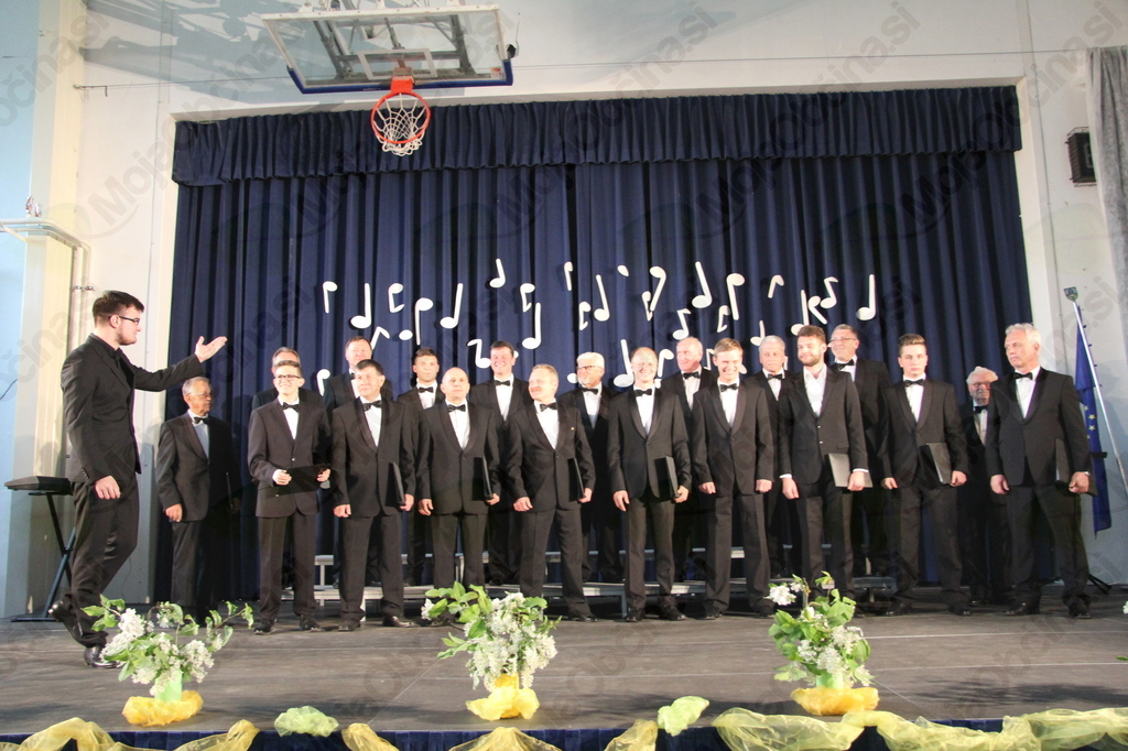 Moški pevski zbor Anton Bezenšek Frankolovo in zborovodja Matevž Pušnik