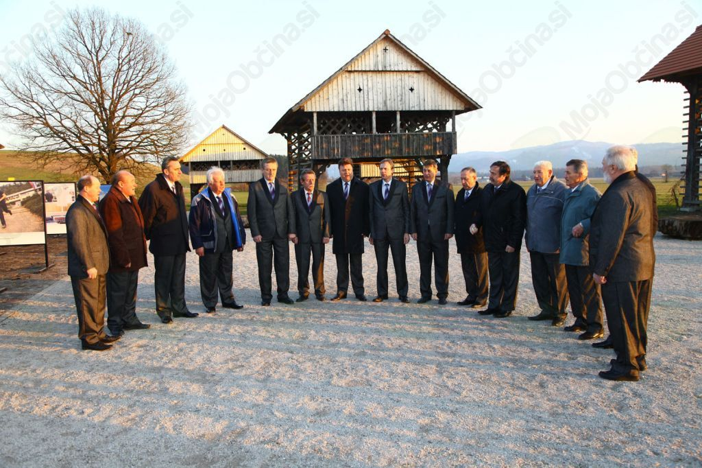 Moški pevski zbor vinogradnikov Šentrupert je poskrbel za kulturni program ob odprtju_foto_Franc Pepelnak