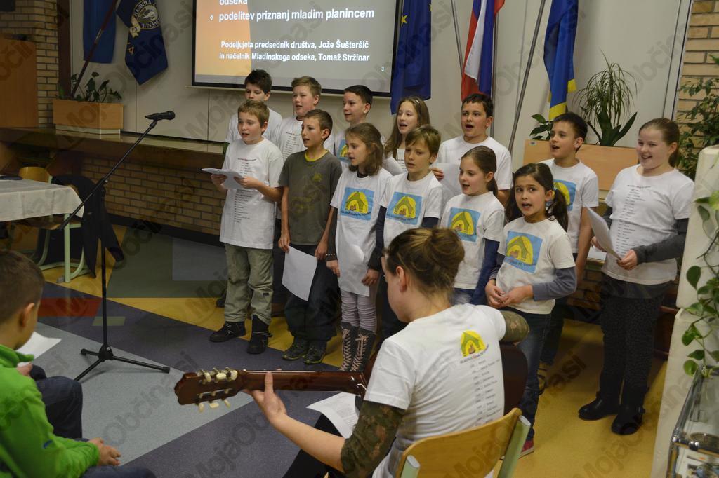 Kulturni program planinskega podmladka na začetku občnega zbora.
