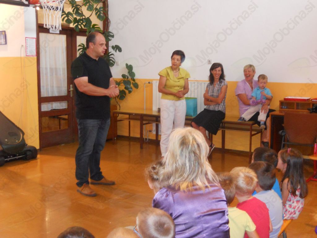 Prvošolčke v Breginju in Smasteh je na prvi šolski dan pozdravil in nagovoril podžupan Občine Kobarid Marko Miklavič. Foto: Nataša Hvala Ivančič