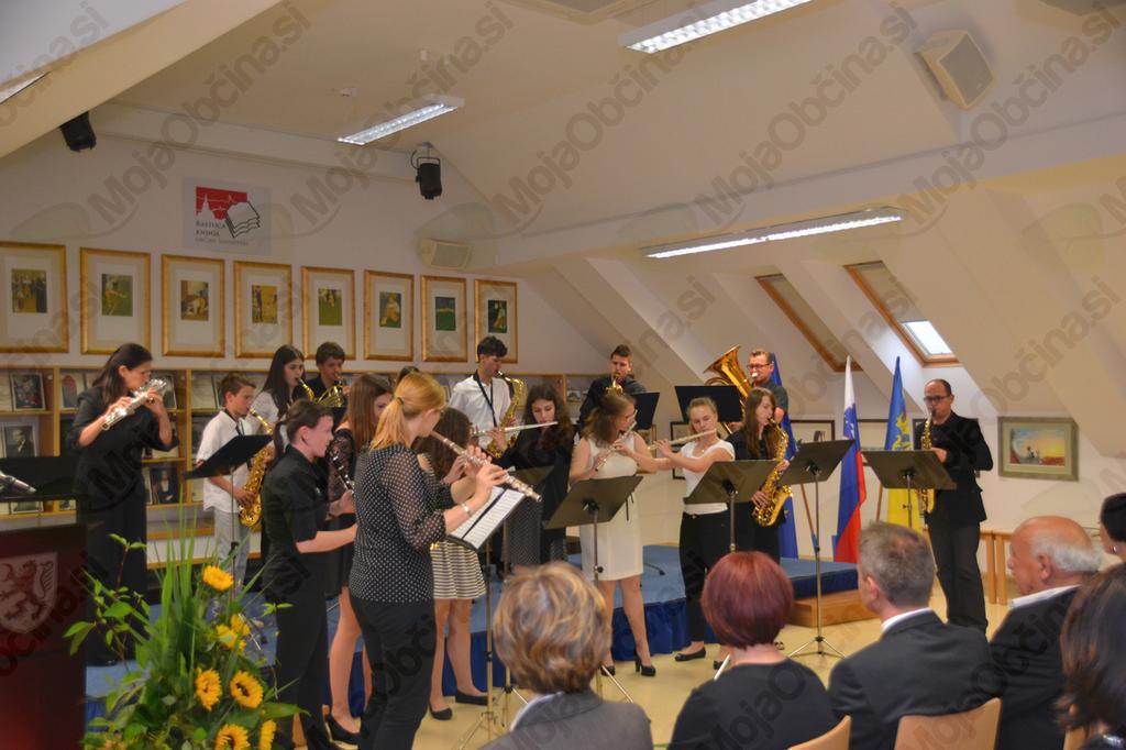 Komorna skupina Glasbene šole Trebnje pod vodstvom Davida Kocijana.