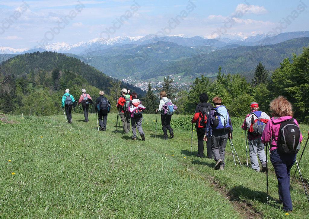 Večino poti po razglednem slemenu smo imeli pred seboj zasnežene Julijske Alpe (foto Sonja Zalar Bizjak)
