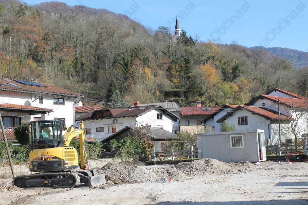 Gradnja parkirišča na Volaričevi ulici v Kobaridu. Foto: Nataša Hvala Ivančič