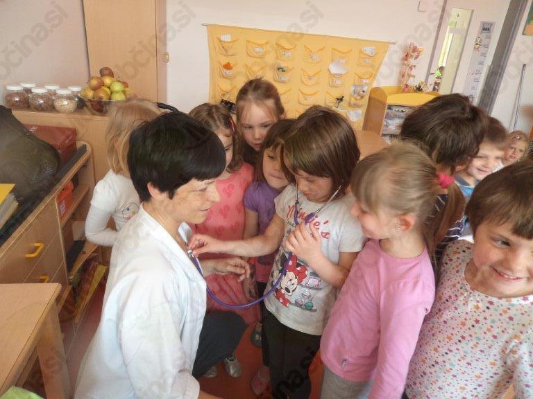 Zdravnica na obisku v oddelku Romane Suholežnik in Sonje Zavšek