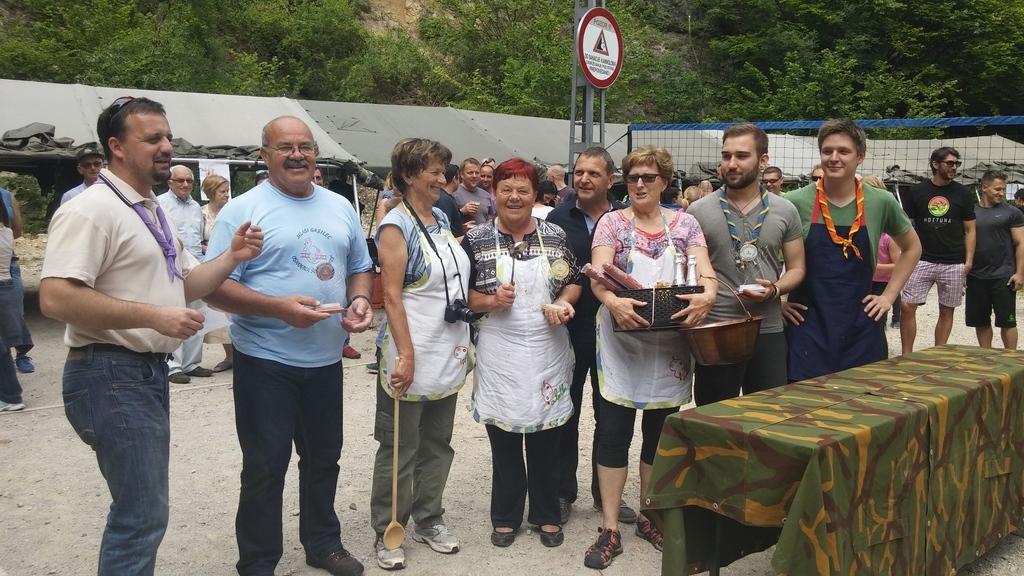Ekipa paletke na sredini, desno ekipa tabornikov in levo ekipa Mladi gasilec (foto: Helena Šinkovec)