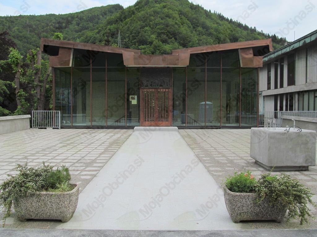 Prenovljena ploščad pred vhodom v paviljon (foto Drago Goričan)