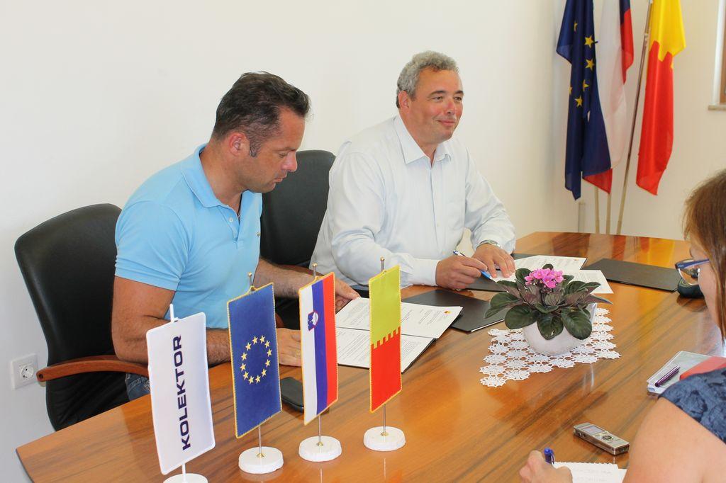 Podpis pogodbe za obnovo osnovne šole s telovadnico v Mirnu - 1. faza