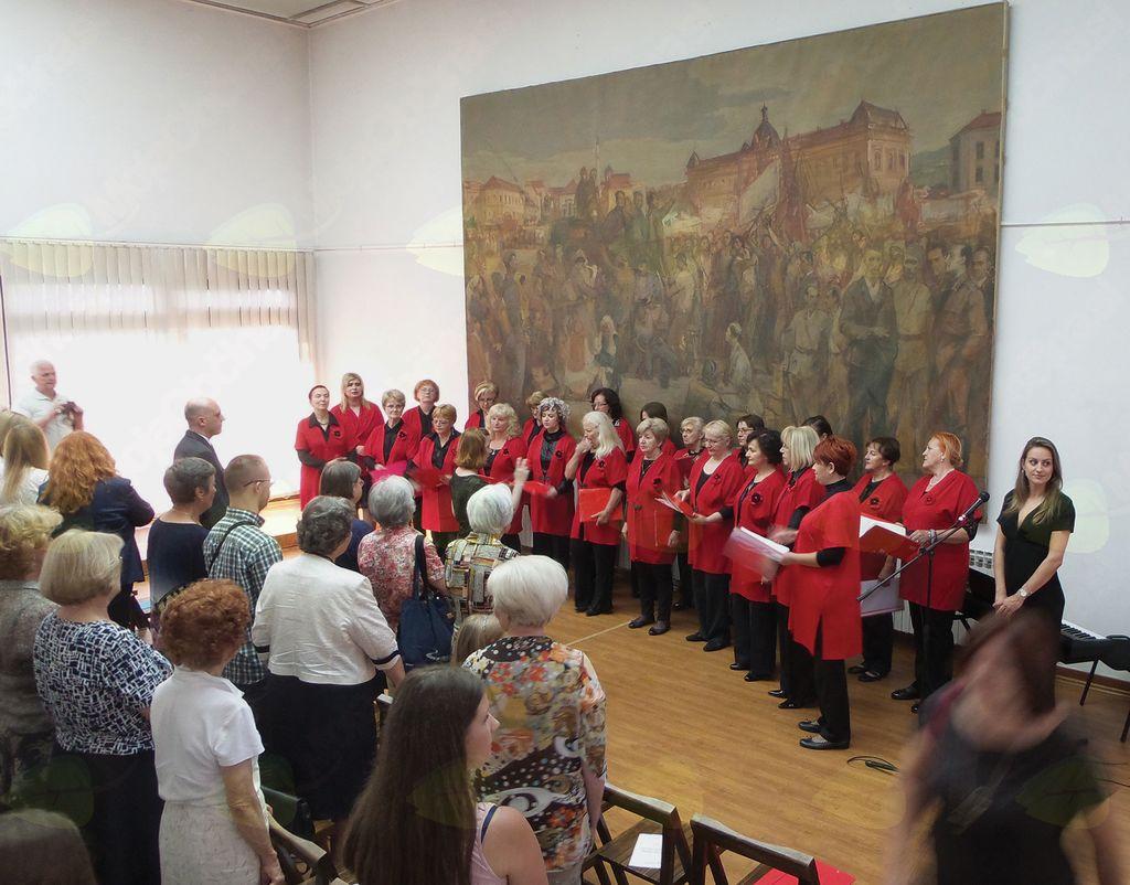Slovenčice pojejo slovensko himno