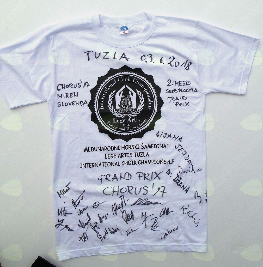 Majica s podpisi pevcev in gostiteljev