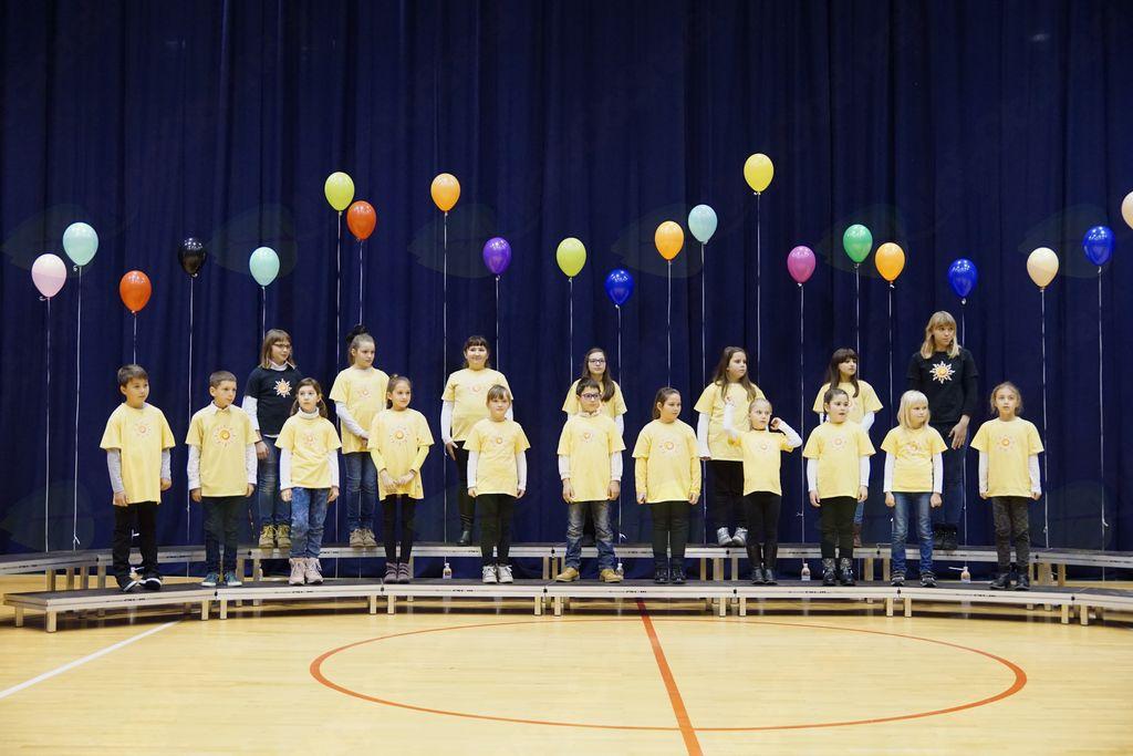 Otroški pevski zbor OŠ Miren, POŠ Kostanjevica, vodi Zdenka Komel.