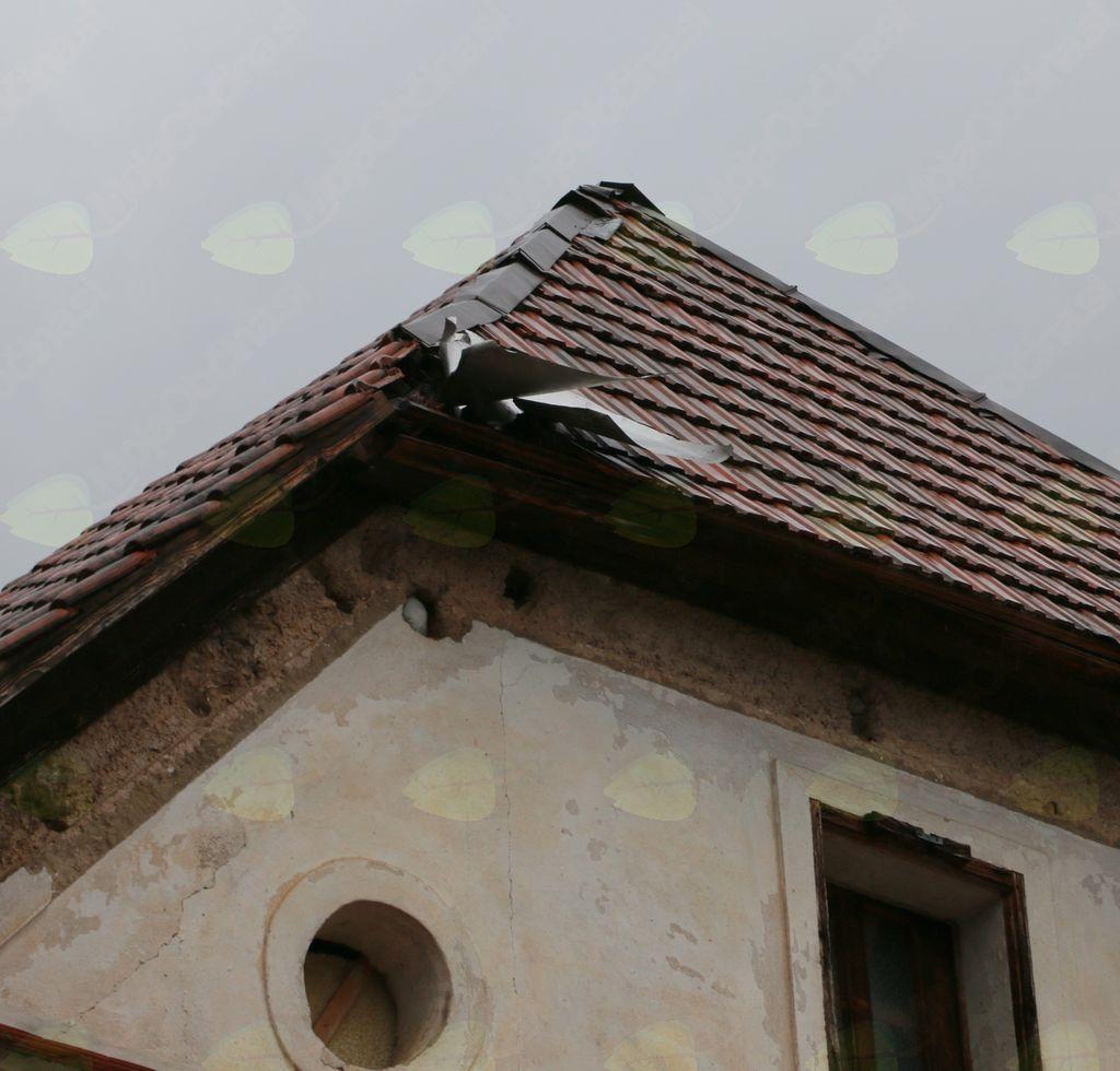 Močan veter odkrival strehe