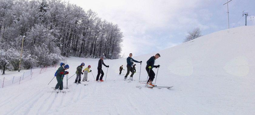 Ko ni dovolj snega za teptalec, člani društva ŠD Šentjošt teptajo z nogami!