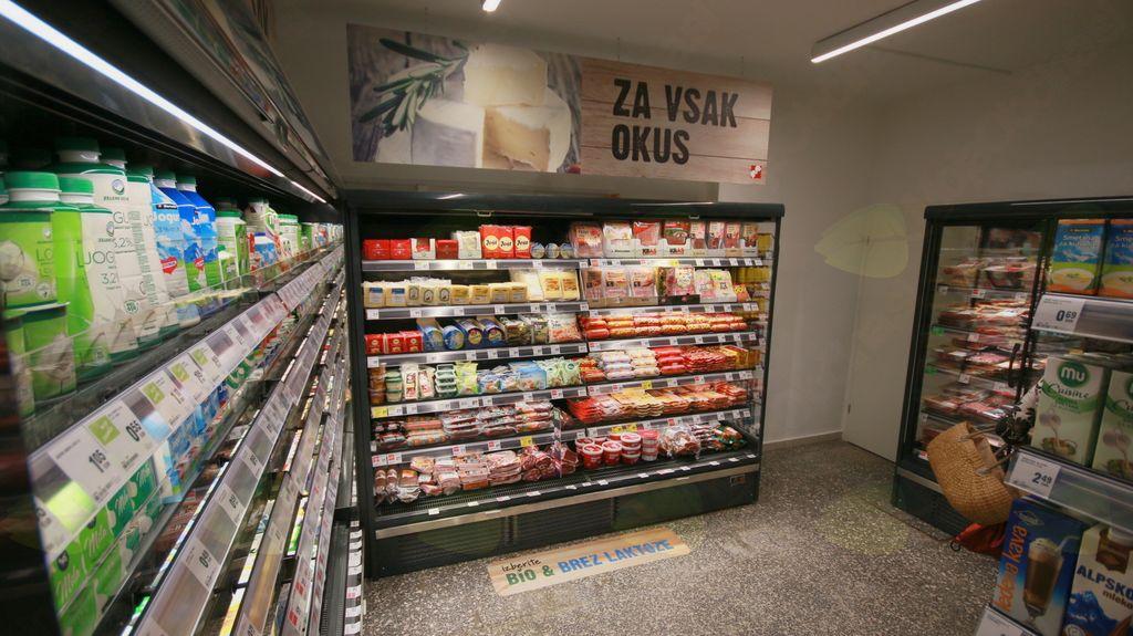 Hladilniki mesa in mlečnih izdelkov v dodatno pridobljenih prostorih.