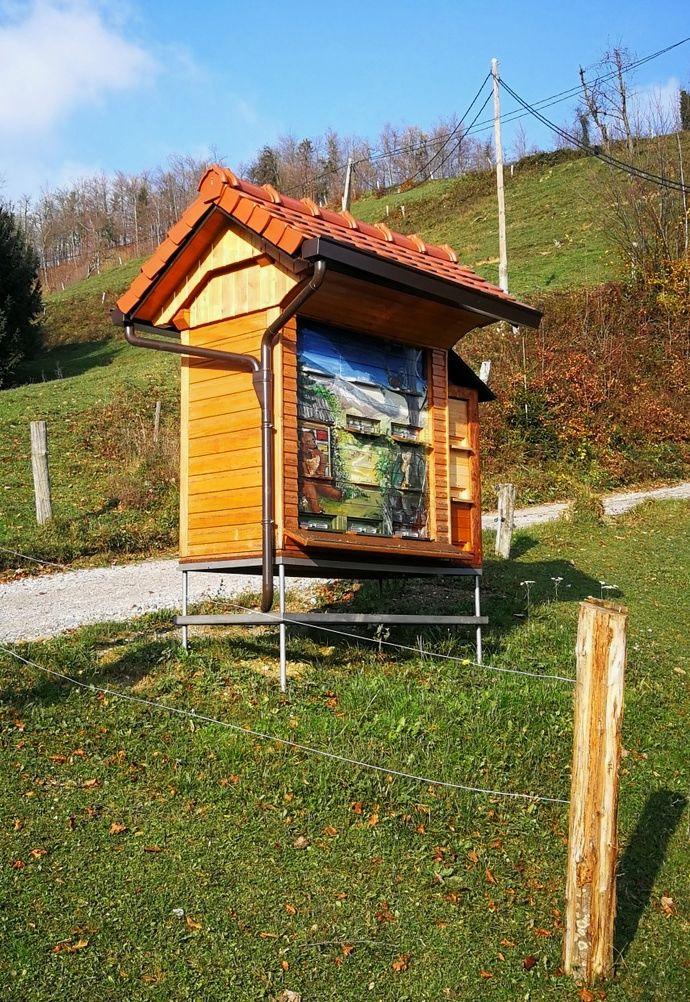 Najnovejši čebelnjak, srednji po velikosti, je najvišje na posestvu Pr' Frjan, tik ob cesti, likovno ga je popestrila umetnica z Vrzdenca.