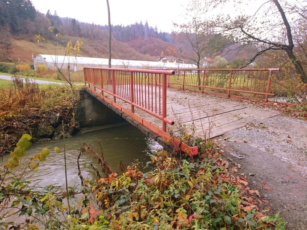 Ta betonsko-jekleni-leseni most so naredili krajani štirih hiš sami a pod nadzorom SCT d.d.