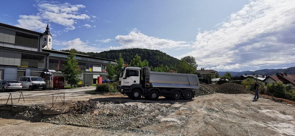 Parkirišče bo veliko večje, asfaltirano, otroška igrala bodo tudi tu.