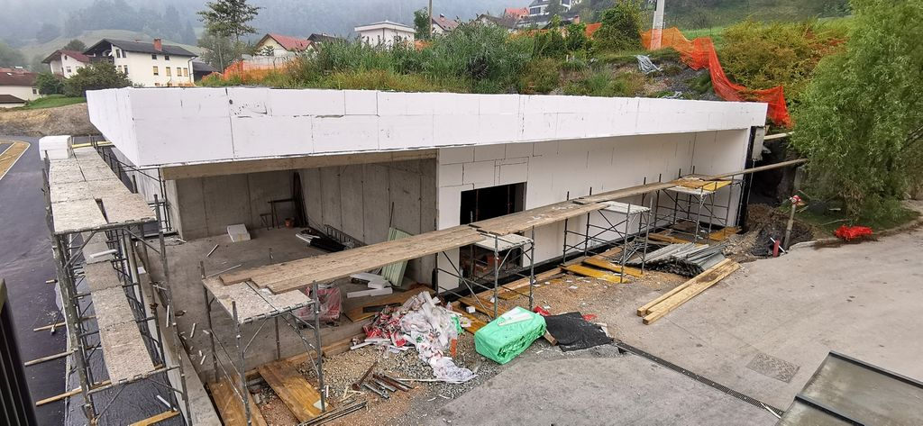Tu bosta kotlovnica in shramba zabojnikov za smeti, zgoraj pa bo ravna uporabna zelena streha.