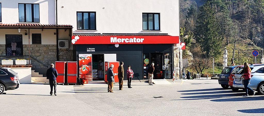 Mercator dopoldan in vrsta kupcev v zgledni razdalji
