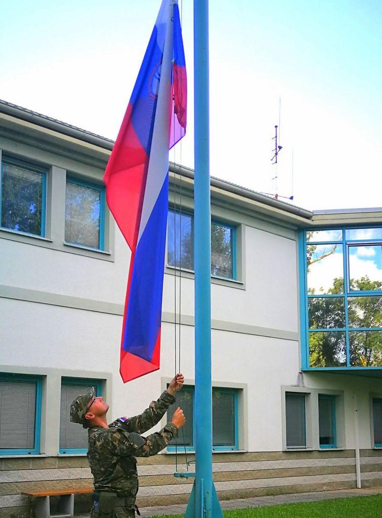 Tudi vojašnice kot javni objekti državotvornega interesa morajo imeti zastavo izobešeno ves čas in vojakom vsakodnevna rutina dviga zastave dviga tudi narodno zavest