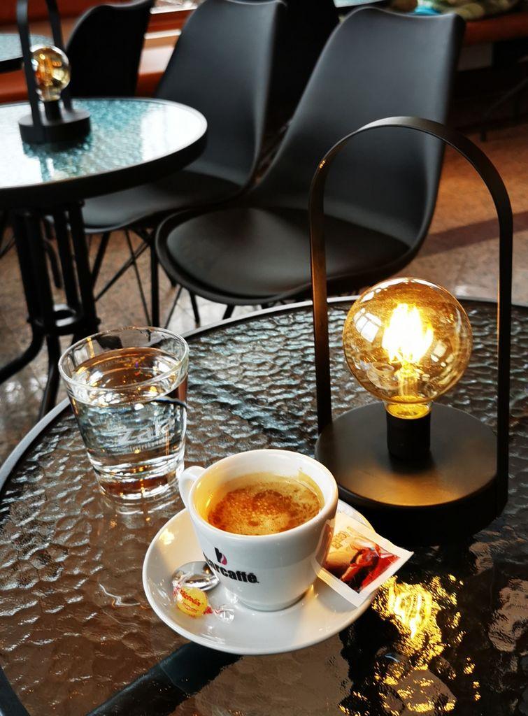 starinske a nove svetilke na ličnih okroglih mizah