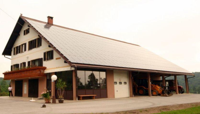 Koširjevi na Brišah imajo sončno elektrarno že enajsto leto in zaradi odjema proizvedene energije so jim namestili močnejše električne kable do hiše, saj po njih teče tok od l. 2009 v obe smeri.