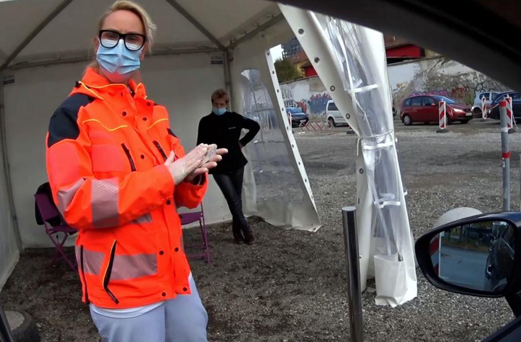 Prvo okence pod šotorom, varnostnica v ozadju, spredaj zdravnica