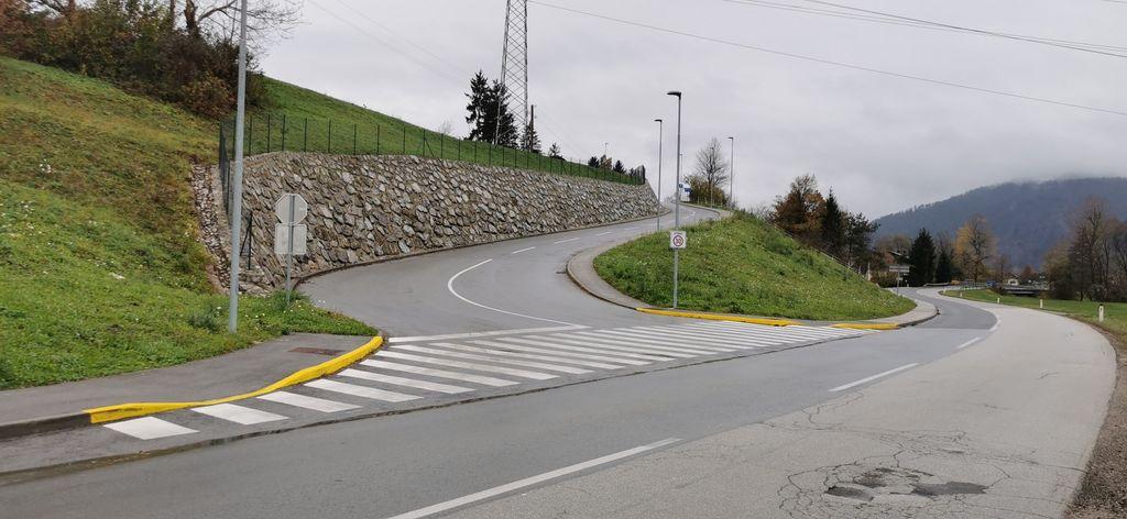 Pločnik dostopa do šole potrebuje ovire, ki dovoljujejo prehod otroških vozičkov in kolesarjev s hitrostjo pešca.