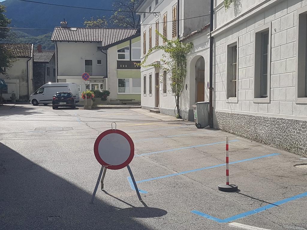 Zapora dela modre cone na kobariškem trgu