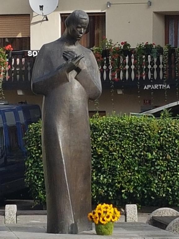 Spomenik Simona Gregorčiča na kobariškem trgu. Foto: Nataša Hvala Ivančič