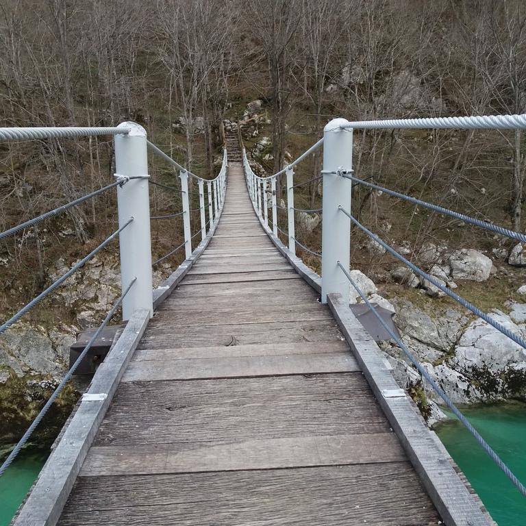 Prebarvana je brv čez reko Sočo in nameščeni so nosilni klini za jeklenico na stopnicah.  Foto: Leon Četrtič