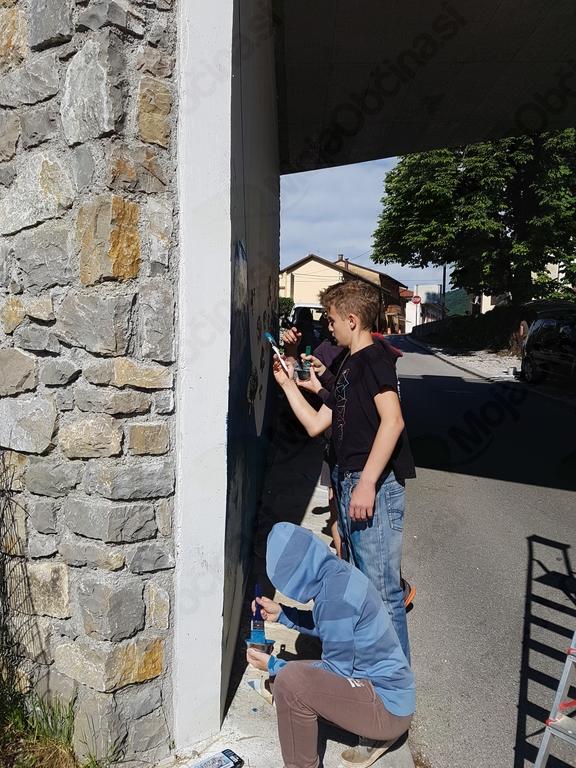 Urejanje podhoda smo zaupali osmošolcem, ki so celo leto pripravljali mozaik. Foto: Nataša Hvala Ivančič