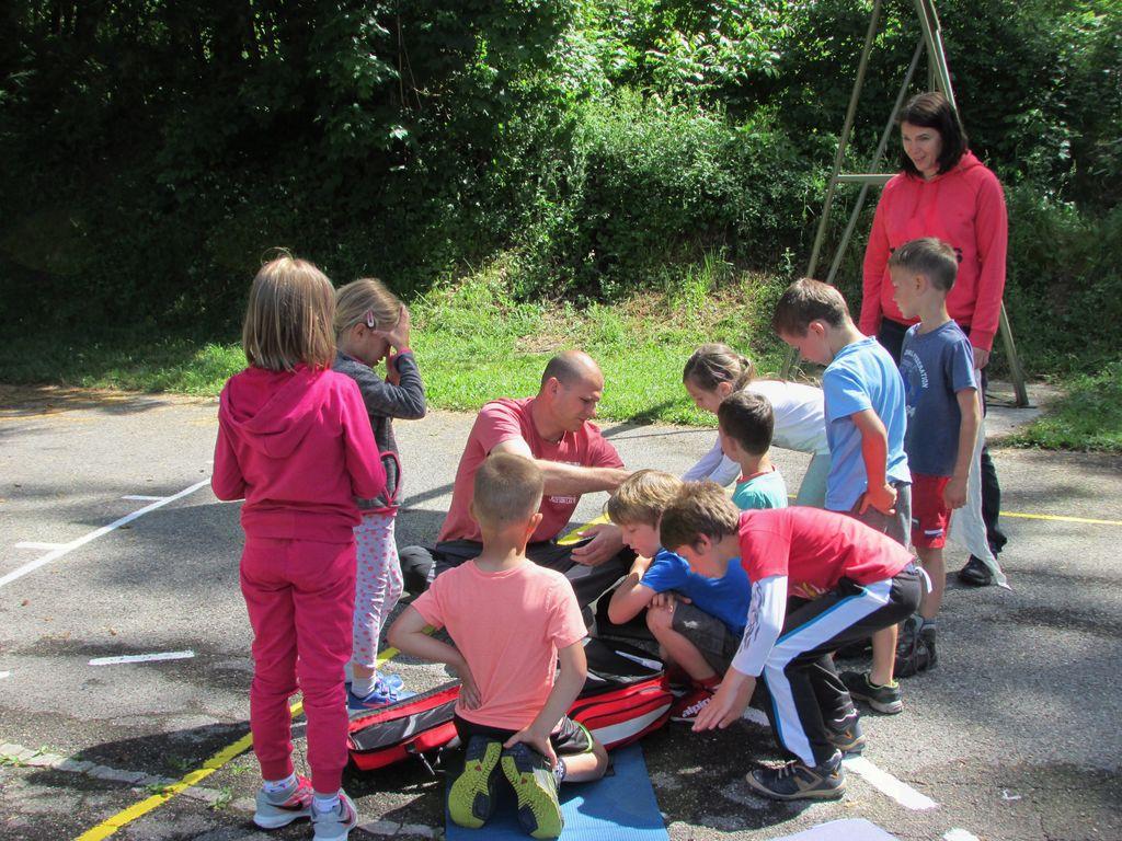Na Mostu na Nadiži, se je 8. in 9. junija 2017, zbralo 24 prvošolčkov iz OŠ Simona Gregorčiča Kobarid, ki so pod mentorstvom Žarka Trušnovca spoznavali veščine prve pomoči. Foto: Marjanca Velišček