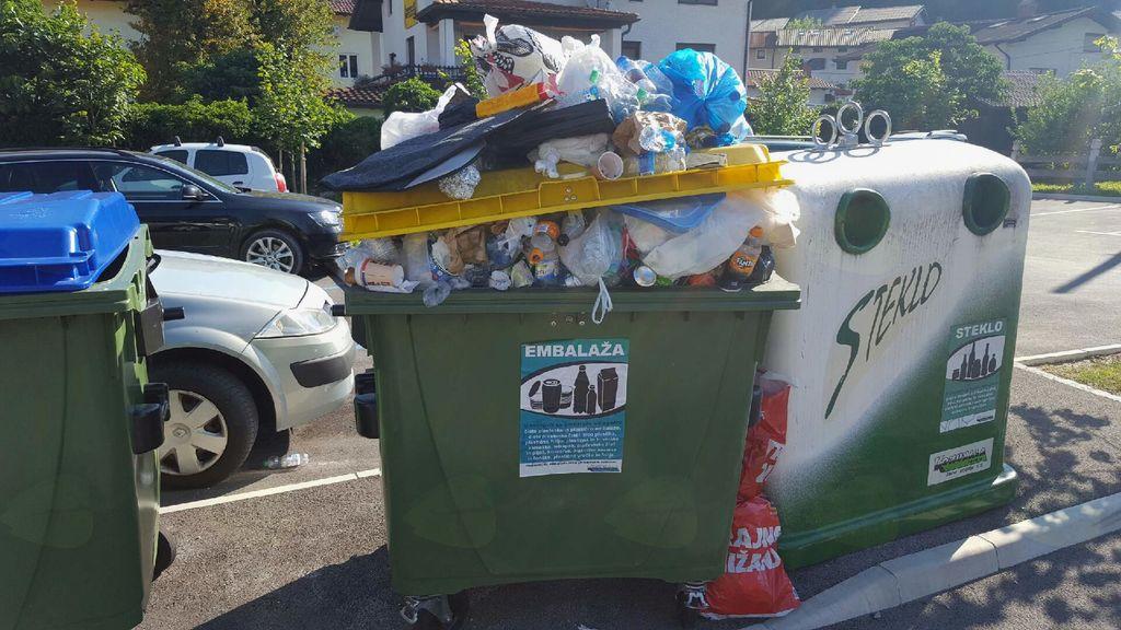 Zato vse občane in obiskovalce naprošamo oziroma pozivamo, da upoštevajo prometno signalizacijo in svoje avtomobile parkirajo na za to urejenih javnih površinah; Odpadke pa odlagajo v ustrezne zabojnike, ki so na javnih parkiriščih namenjeni uporabnikom parkirnih mest in obiskovalcem.
