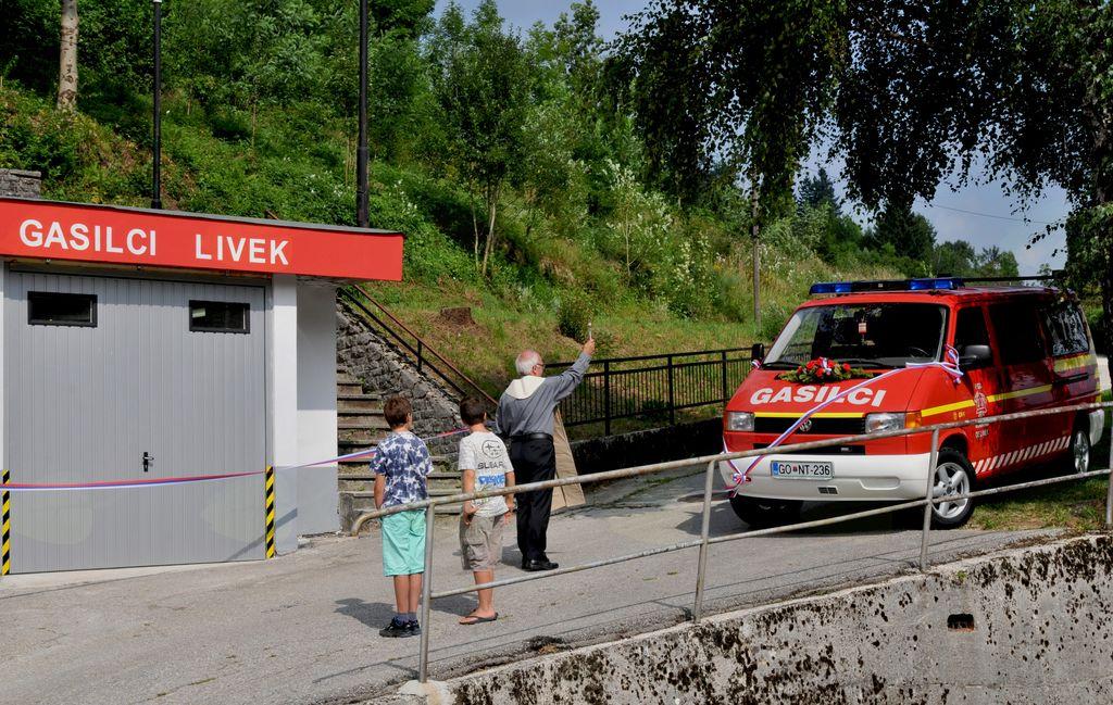 Na dan predaje je vozilo in prostore blagoslovil župnik Ivan Blažič. Foto: Mojca Drešček