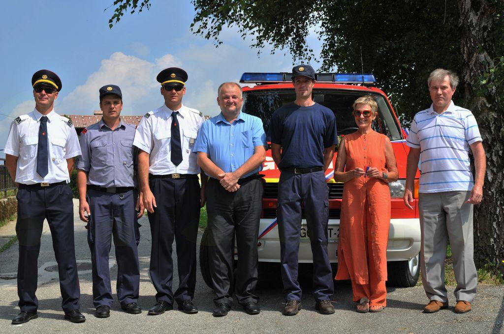 Gasilci v družbi župana, predsednice KS Livek in predsednika AS Livek. Foto: Mojca Drešček