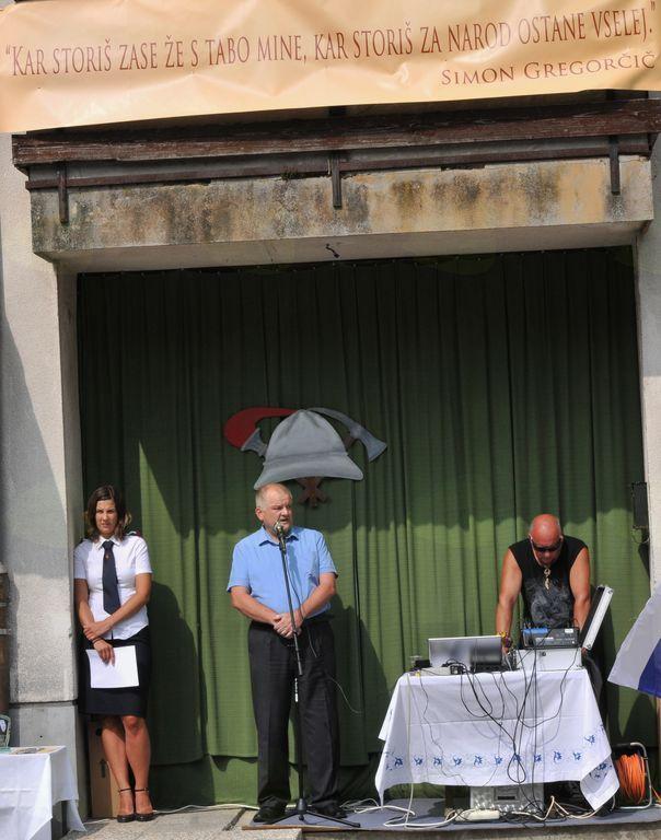 Zbrane in pozdravil in nagovoril kobariški župan Robert Kavčič. Foto: Mojca Drešček