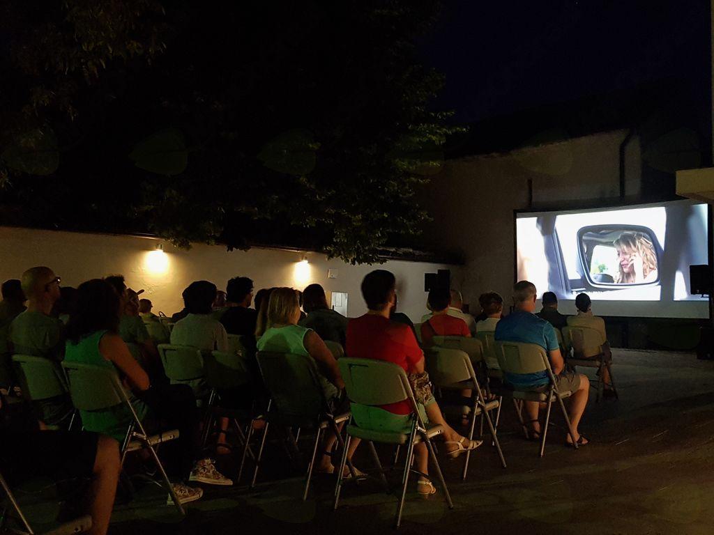 Program Poletja v Kobaridu se je nadaljeval s kinom pod zvezdami, kjer so si ljubitelji filma že ogledali Pojdi z mano in Noro veselje. Foto: Nataša Hvala Ivančič